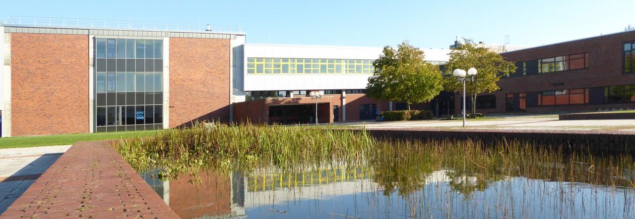 Ansicht der Schule mit Schulhof