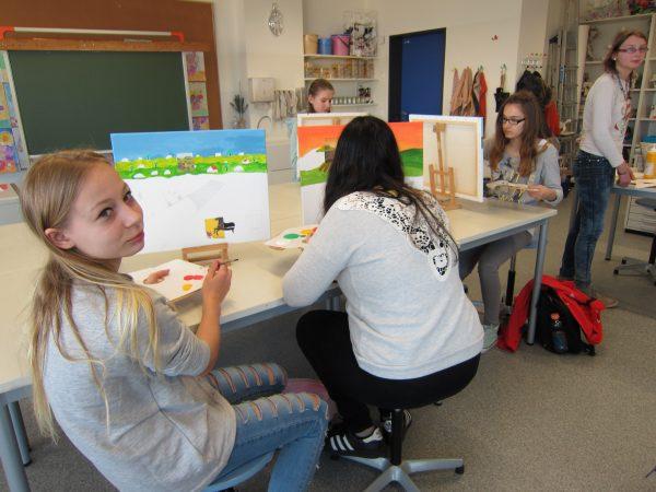 Künstlerinnen der Klasse 8 bei der Arbeit