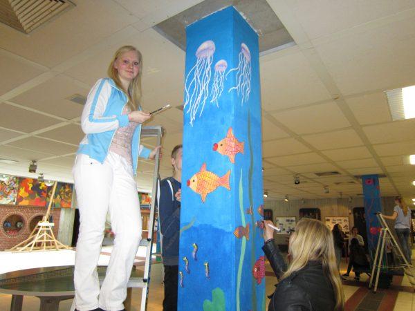 Künstlerinnen der Klasse 10 beim Verschönern des Schulgebäudes