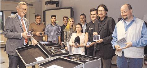 Zwei hochwertige Koffer übergab Rüdiger Wiese in der Gemeinschaftsschule.