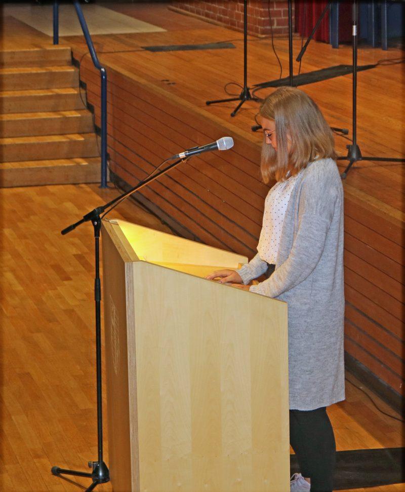 Die Schülervertreterin Svea am Rednerpult