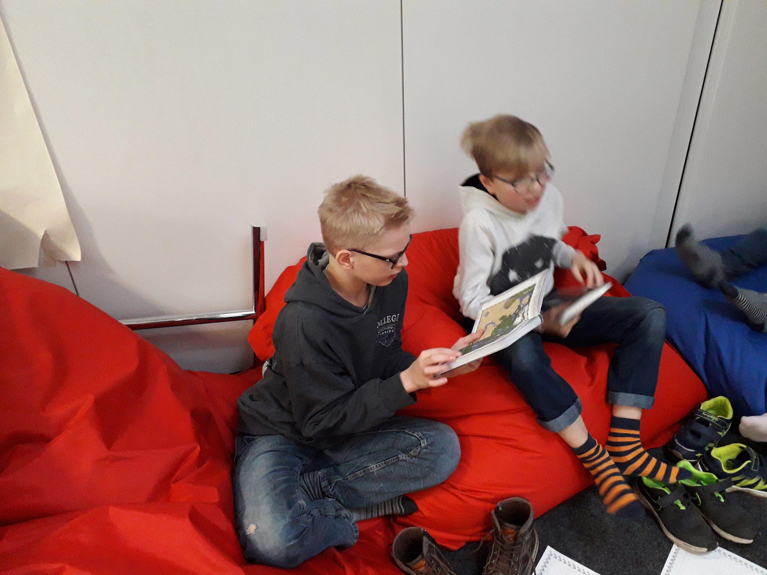 Zwei Schüler in der Leseecke