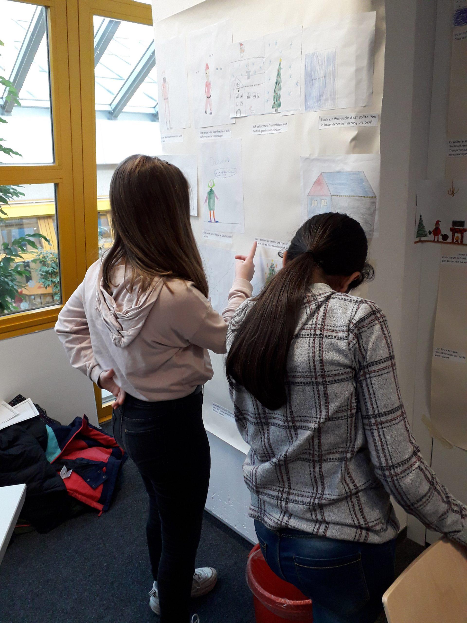 Zwei Schülerinnen informieren sich.